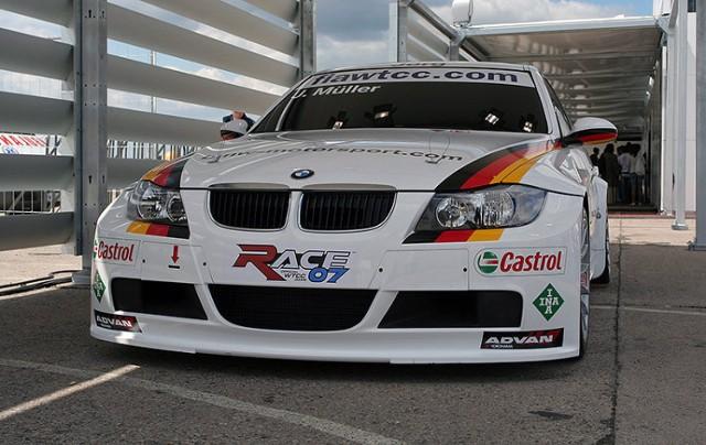 Zwiedzających wchodzących od strony VIP witało piękne wyścigowe BMW. Fot. Piotr Galas