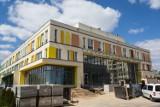Budowa kolorowej szkoły na osiedlu gotyk bliska ukończenia
