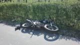 Wypadek w Kątach, zderzenie samochodu osobowego i motocykla, jedna osoba w szpitalu