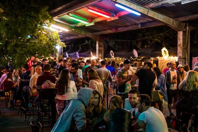 Nocny Market od momentu otwarcia przyciąga tłumy warszawiaków. Na terenie starego dworca Warszawa Główna spróbować można lokalnych produktów, niebanalnych streetowych dań, a także wybierać spośród kuchni całego świata. Oprócz tego, na gości Nocnego Marketu czekają wyselekcjonowane trunki, strefa muzyczna i jeszcze więcej miejsca do siedzenia.
