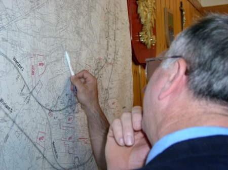 Po zakończeniu sesji przy mapie z wariantami obwodnicy tłoczyli się radni. Dyskusja, która zakończy się pod koniec października, rozgorzała na dobre.