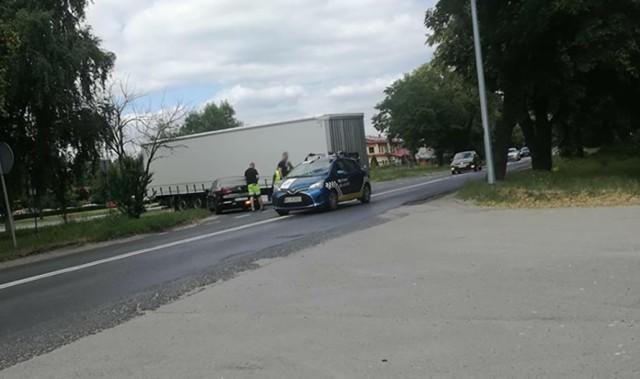 Do niebezpiecznego zdarzenia doszło w czwartek, 14 czerwca, na ul. Walczaka w Gorzowie. Z jadącej ciężarówki wypięła się naczepa i zablokowała część drogi.  Kierowca ciężarówki skręcał w ul. Walczaka. Wtedy doszło do wypięcia się naczepy, która zablokowała jeden pas ruchu. Na szczęście nie doszło do zderzenia z innym pojazdem.  Na miejscu ruch odbywał się wahadłowo. Kierowca udało się podczepić naczepę i odjechać.  Wypadek motocyklisty na ul. Fredry w Gorzowie. Z dużą prędkością uderzył w skodę. Mężczyzna nie miał uprawnień   Zobacz wideo: Autostrada pełna pizzy. Naczepa ciężarówki chłodni została rozerwana po zahaczeniu o wiadukt  wideo: RUPTY/x-news