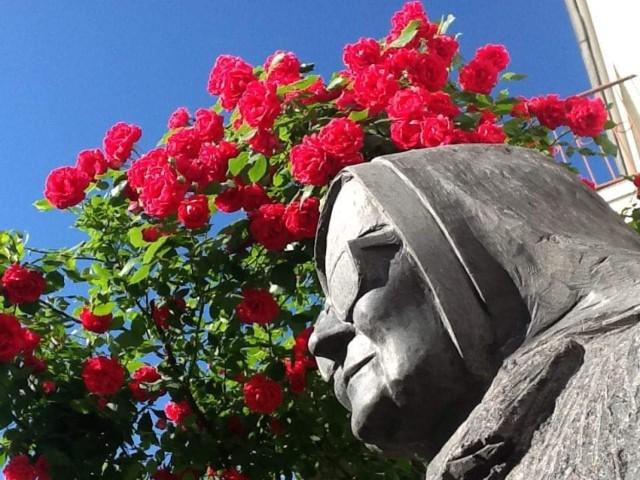 Popiersie siostry Marii, które wyrzeźbił Bogdan Owczarski, od kilku lat stoi w ogrodzie