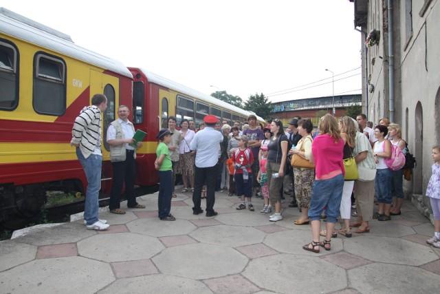 Kolejka jest jedną z atrakcji polecanych turystom w powiecie. Na zdjęciu - przejazd na zakończenie fabularyzowanego zwiedzania Gniezna w ubiegłym roku.