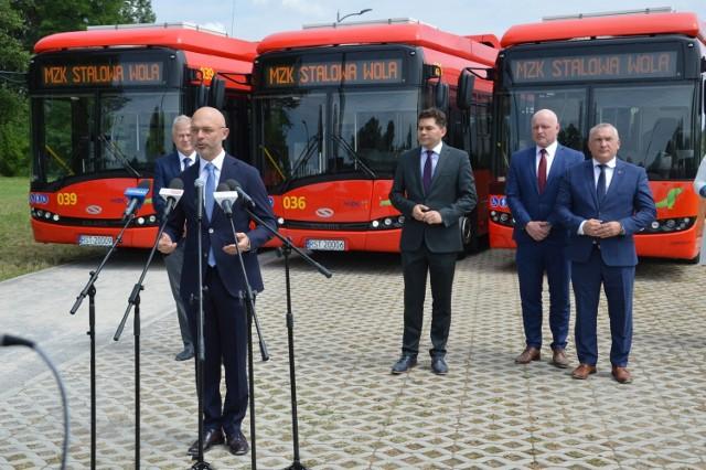 Minister klimatu i środowiska Michał Kurtyka na nadsańskich błoniach, przemawia na tle elektrycznych autobusów