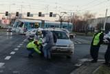 Wrocław. Bardzo groźny wypadek na ul. Legnickiej. Auto leżało na boku