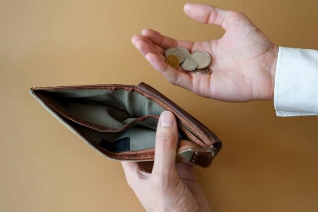 Najwięksi dłużnicy w Polsce zalegają swoim wierzycielom ogromne kwoty. Skąd są, ile mają lat i jak duży jest ich dług? Zobacz na kolejnych slajdach.