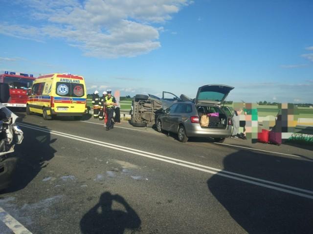 Na drodze krajowej nr 15 w Rogowku, na wiadukcie nad autostradą A1 zdarzyły się 3 samochody osobowe i ambulans z Wąbrzeźna