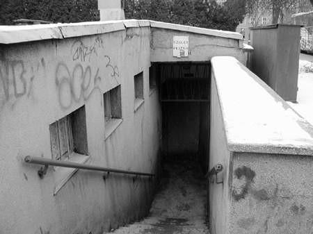 W Częstochowie pozostały stare, zaniedbane miejskie toalety - w okrojonej liczbie.