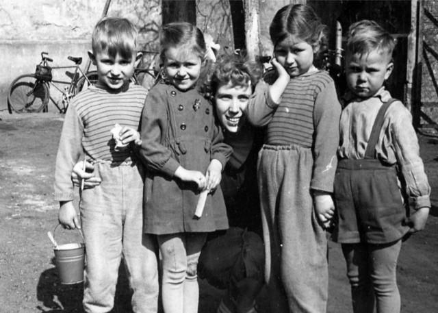 Rok 1966. Marianna Paluszyńska (Osóbka) i dzieci rodziny Patelskich i Beldów.
