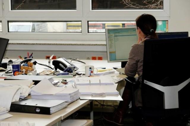 """Zbieramy dane do raportu """"Świętokrzyska Lista Płac 2020"""". Informacje o zarobkach przesłał nam Urząd Miejski w Busku - Zdroju.  Są to informacje o minimalnych i maksymalnych stawkach płac na poszczególnych stanowiskach Urzędu Miasta i Gminy w Busku - Zdroju: specjalistów, pomocy administracyjnej, inspektorów, radcy prawnego, sekretarza, skarbnika, zastępcy burmistrza, burmistrza.   Przedstawiamy dane znajdujące się w zarządzeniu burmistrza miasta i gminy z 2018 roku. Minimalna granica w niektórych przypadkach wynosi poniżej 2 tysięcy złotych. Jednakże dochodzą do niej różne dodatki i w efekcie pracownicy urzędu nie zarabiają mniej niż średnia krajowa.  Ile zarabiają pracownicy buskiego urzędu? Odpowiedź na następnych stronach."""