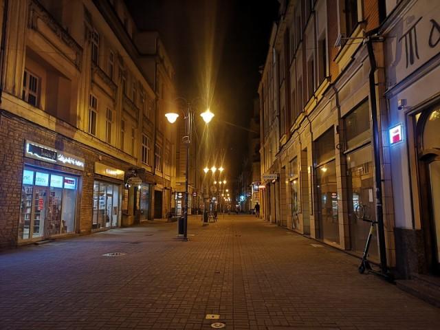Mariacka w Katowicach to najpopularniejsza ulica zabaw nocnych. Z piątku na sobotę była wyludniona.   Zobacz kolejne zdjęcia. Przesuwaj zdjęcia w prawo - naciśnij strzałkę lub przycisk NASTĘPNE