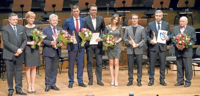 W Filharmonii Koszalińskiej zostały wręczone nagrody prezydenta miasta za dokonania w pięciu dziedzinach - gospodarka, kultura, edukacja, odpowiedzialność społeczna, sport