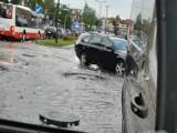 Nowy Sącz. Oberwanie chmury nad miastem. Woda zalała ul. Nawojowską i Królowej Jadwigi, były utrudnienia [ZDJĘCIA]