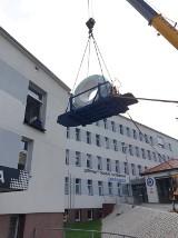 Tomograf komputerowy za 4 mln złotych na szpitalny oddział wstawił... dźwig!