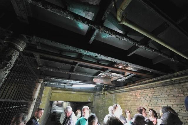 Mało kto wie o tym, iż podziemia dworca PKP w Bydgoszczy skrywają pomieszczenia pamiętające czasy I i II wojny światowej. Jest tam stary zabytkowy tunel, szpital z 2 windami, sprawna wentylatorownia także z napędem ręcznym, centrala telefoniczna, a nawet schron dla wojska. Na zdjęciach tunel pocztowy, który na czas remontu dworca został udostępniony pasażerom, podziemia pod dworcem wyspowym oraz tunel do Pesy.