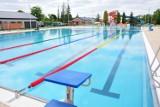 Kiedy otwarcie basenów przy ul. Bursaki w Krośnie? Mogą ruszyć już tydzień przed wakacjami. Niecki już napełnione. [ZDJĘCIA]