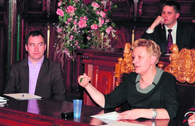 Renata Dąbrowska i Bartosz Bluma (na drugim planie) są także radnymi miejskimi
