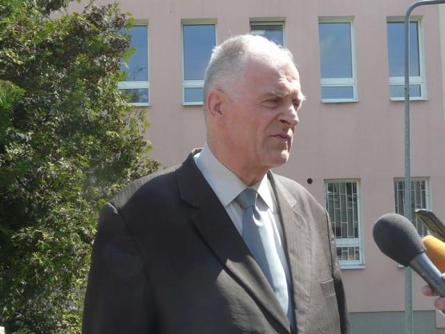 Bronisław Kawęcki był internowany podczas stanu wojennego, a potem wielokrotnie zatrzymywany i sądzony za działalność opozycyjną.
