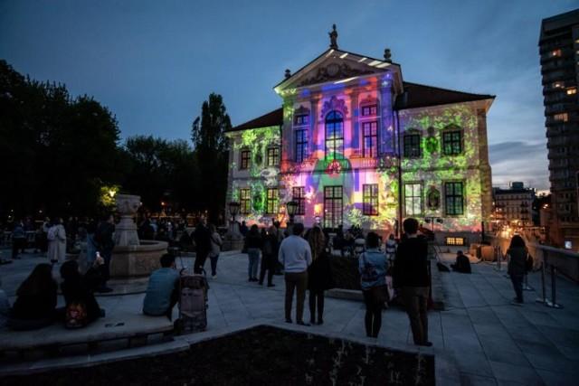 Rozpoczęły się Eliminacje do XVIII Konkursu Chopinowskiego, które potrwają aż do 23 lipca. Niemal 160 pianistów z całego świata będzie rywalizować o zakwalifikowanie do październikowego Konkursu.  Uczestników będzie można wysłuchać nie tylko podczas eliminacyjnych sesji przesłuchań - młodzi artyści zaprezentują przygotowany przez siebie program także podczas plenerowych koncertów na tarasie Muzeum Fryderyka Chopina! 17 i 18 lipca w godz. 20:00-23:00 odbędą się recitale fortepianowe.  Pomiędzy występami pianistów na elewacji siedziby Muzeum wyświetlona zostanie projekcja video mappingu przygotowanego przez Katarzynę Pawłowską.  Wstęp na koncerty jest bezpłatny. W związku z ograniczeniami sanitarnymi na tarasie Muzeum Fryderyka Chopina może znajdować się maksymalnie 70 osób. Nie ma możliwości wcześniejszego zarezerwowania miejsca. Uczestnicy będą wpuszczani w kolejności przybycia. Taras będzie otwarty od godziny 19:30.