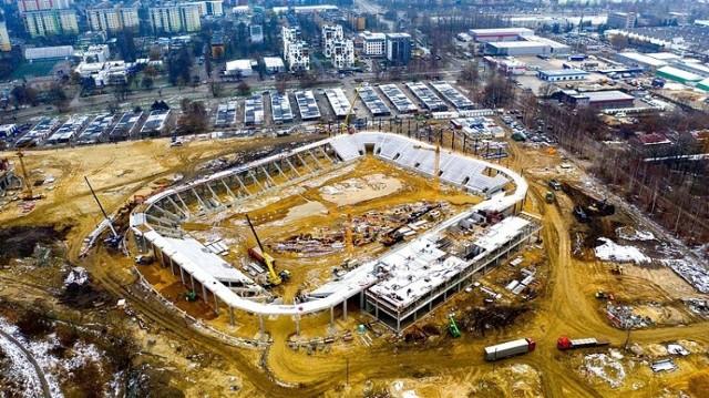 Tak po pierwszych opadach śniegu prezentuje się budowa stadionu piłkarskiego, hali sportowej i lodowiska w Sosnowcu. Obiekty utworzą Zagłębiowski Park Sportowy. Na zdjęciu budowa stadionu piłkarskiego.  Zobacz kolejne zdjęcia. Przesuwaj zdjęcia w prawo - naciśnij strzałkę lub przycisk NASTĘPNE