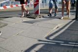 Uszkodzone chodniki na rondzie Kaponiera. To wina upałów?
