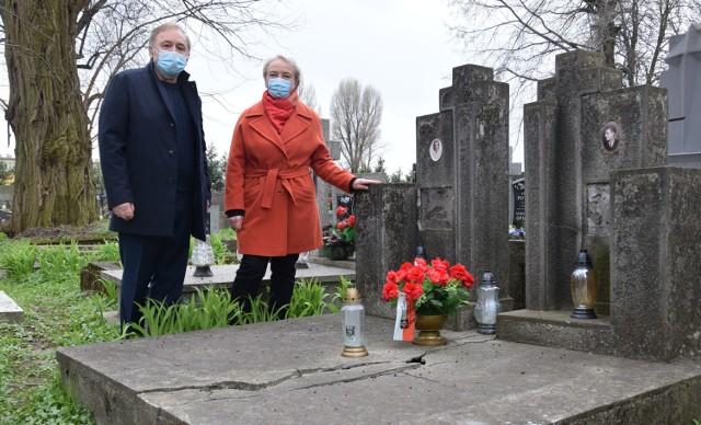 Ryszard Kondracki i Mirosława Czemeryńska przy grobie Franciszka Makara.
