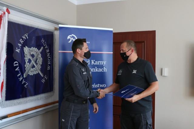 Ppłk Krzysztof Kaczmarek - zastępca dyrektora Zakładu Karnego we Wronkach oficjalnie podziękował sierż. Skrzypczakowi za postawę godną naśladowania, a także dbanie o dobre imię służby więziennej
