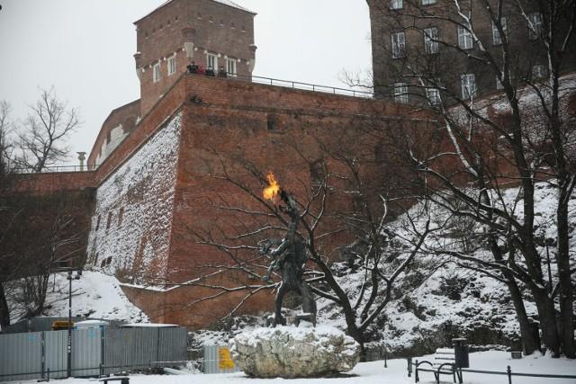 Kraków. Smok Wawelski. Wiosną 1973 r. wewnątrz rzeźby zamontowana została instalacja gazowa ziejąca ogniem. Autorem i wykonawcą systemu gazowo-elektrycznego był Feliks Prochownik.