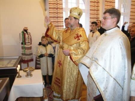 Biskup Włodzimierz Juszczak i ksiądz Stefan Prychożdenko otworzyli centrum. FOT. MATEUSZ WĘSIERSKI