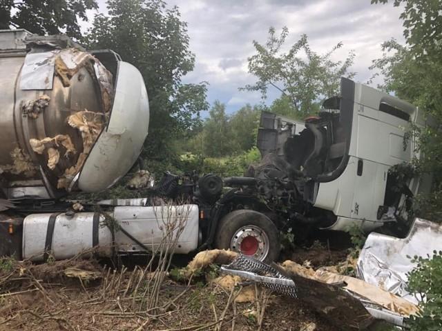 Do tragedii doszło we wtorek, 9 lipca, około godz. 20 na drodze pomiędzy miejscowościami Pław i Gronów w powiecie krośnieńskim. Bmw czołowo zderzyło się z cysterną.   Wszystko działo się błyskawicznie. Kierowcy pojazdów nie zdążyli nawet zahamować. Kabina ciężarówki została kompletnie rozbita. A z bmw pozostał tylko bagażnik.  Na miejscu zginęły dwie młode osoby podróżujące osobówką. To 25-letni mężczyzna i 26-letnia kobieta, mieszkańcy okolic Zielonej Góry. Jak przerażający był to wypadek, świadczą zdjęcia, które otrzymaliśmy.  Policja i prokuratora z Krosna Odrzańskiego wyjaśniają szczegółowe okoliczności wypadku .  Do sprawy zostanie powołany biegły. - Kluczowe będą wyjaśnienia kierowcy ciężarówki, który po zdarzeniu trafił do szpitala. Do sprawy zostaną także przesłuchani świadkowie. Policjanci zabezpieczyli nagranie wideo, istotne dla wyjaśnienia sprawy. Czynności są prowadzone pod nadzorem Prokuratury Rejonowej w Krośnie Odrzańskim - informuje asp. szt. Justyna Kulka, rzeczniczka krośnieńskiej policji.    źródło: TVN24/x-news  Zobacz również: Kostrzyn nad Odrą. Wypadek w firmie hanke tissue. Kobieta straciła obie dłonie