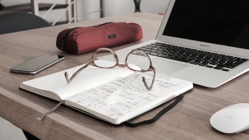Średnia stawka brutto na godzinę pracy: 60 złCopywriter to...