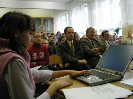 Marietta Dąbkowska pokazała wykonaną przez siebie prezentację multimedialną pt. psy. Na zdjęciu w tle (od lewej) Grzegorz Klauza, dyrektor SP im. J. Korczaka w Czersku oraz Ireneusz Bojanowski.
