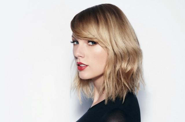 """1. Taylor Swift, """"Reputation""""  Amerykańska piosenkarka podsumowała nową płytą swoją drogę od gwiazdy country do gwiazdy popu. Tym razem odcięła się całkowicie od  przeszłości, tworząc przebojowe piosenki o ultranowoczesnym brzmieniu. Jakby tego było mało w tekstach podjęła intelektualną grę ze słuchaczami – z jednej strony podsycając ich zainteresowanie swym prywatnym życiem, a z drugiej – ironicznie komentując fenomen kultu celebrytów. Nie pozbawiło to jej nagrań  młodzieńczego wdzięku i dziewczęcego uroku – wszak Taylor ma zaledwie 28 lat. W efekcie """"Reputation"""" to najlepszy dowód na to, że to pop jest dziś najbujniej rozwijającym się gatunkiem na muzycznej scenie."""