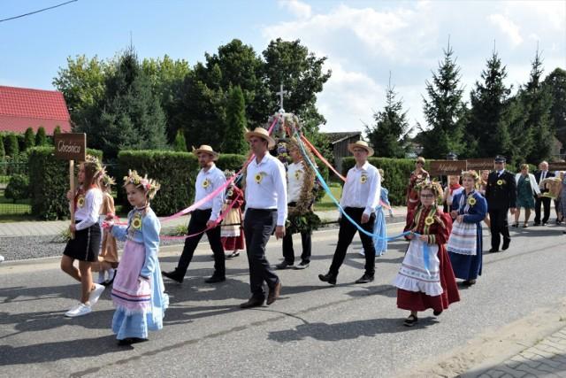Dożynki Gminno - Parafilne odbyły się w tym roky w Chrośnicy. Barwny korowód przeszedł z kościoła ulicami wioski na boisko sportowe, gdzie odbyła się cała uroczystość.