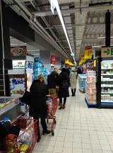 Olbrzymia kolejka w Carrefour przy ul. Wysockiego w Białymstoku