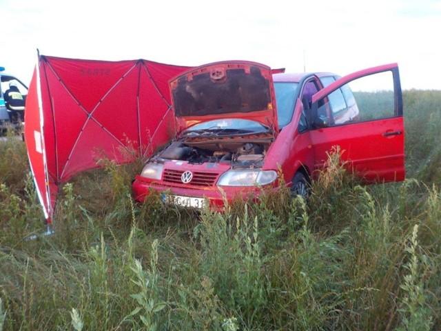 W niedzielę, po godz. 4 nad ranem, w Piątkowie kierujący volkswagenem sharanem uderzył w przydrożne drzewo. Choć auto siłą uderzenia zostało uszkodzone kierowca zatrzymał się dopiero kilka kilometrów dalej. Podróżowało nim trzech mieszkańców gminy Stolno. Jadący na tylnym siedzeniu 34-latek poniósł śmierć na miejscu. - Policjanci ustalają, dlaczego po zderzeniu z brzozą w  Piątkowie kierowca pojechał dalej i zatrzymali się aż w  Gorzuchowie - mówi kom. Agnieszka Sobieralska, oficer prasowy KPP w Chełmnie. - Dwóch 26-latków trafiło do policyjnego aresztu. Obaj byli nietrzeźwi. Kiedy wytrzeźwieją, zostaną przesłuchani. Trzeba ustalić, dlaczego doszło do tragicznego w skutkach wypadku.  Przeczytaj także: W jeziorze Łęckim utopił się mężczyzna  Pewne jest, że kierowca był pijany. Za spowodowanie wypadku ze skutkiem śmiertelnym grozi do 12 lat pozbawienia wolności. Sąd może orzec też dożywotni zakaz prowadzenia pojazdów mechanicznych.  (mona)        źródło: TVN Meteo Active/x-news