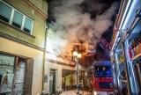 Nocny pożar kamienicy przy ul. Zdunowskiej. Ewakuowano mieszkańca [ZDJĘCIA]