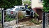 Groźna kolizja niedaleko szkoły. Po zderzeniu skoda wjechała przez chodnik na podwórko i uszkodziła ogrodzenie oraz wjazd do garażu (film)