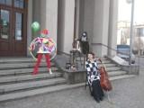 Międzynarodowy Dzień Teatru w Częstochowie. Przed Teatrem im. A. Mickiewicza zorganizowano specjalny happening