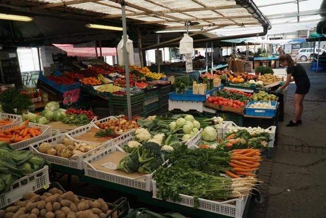 Sprawdziliśmy, jakie są ceny warzyw i owoców w Poznaniu. Okazuje się, że w tym roku za zakupy zapłacimy zdecydowanie więcej. Wiosna w tym roku była stosunkowo chłodna, więc plony były zbierane nieco później, a to wpłynęło na podwyżkę cen. Przejdź dalej i sprawdź ceny warzyw i owoców --->