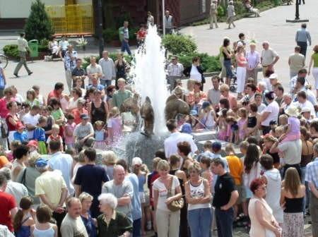 Fontanna w Czersku od chwili uruchomienia (na zdjęciu) przyciąga czerszczan i turystów.