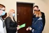 Mieszkania dla młodych w Piotrkowie. Rodziny odebrały klucze do mieszkań w odnowionej kamienicy przy Starowarszawskiej 5 ZDJĘCIA