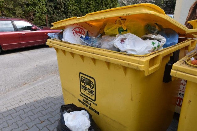 79-letnia tarnowianka na polecenie oszusta 30 tysięcy zostawiła w koszu na śmieci