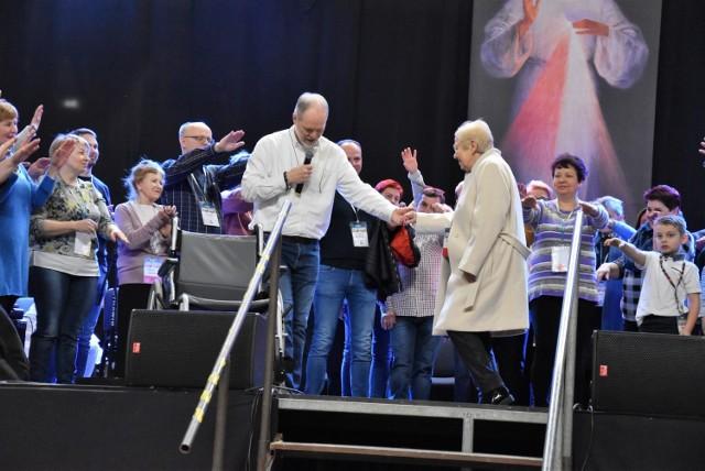 Elżbieta Włodek wstała z wózka inwalidzkiego i prowadzona przez Damiana Stayne'a chodziła po scenie w Arenie Jaskółce na oczach ponad 1700 uczestników forum