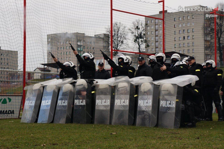 efc2c054fa984 Bytom  Ćwiczenia mundurowych na stadionie Polonii Bytom  ZDJĘCIA ...