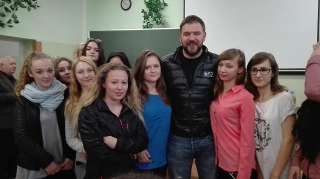 Tomasz Karolak na spotkaniu z uczniami Zespołu Szkół Ponadgimnazjalnych numer 1 imienia księdza Stanisława Konarskiego w Jędrzejowie.