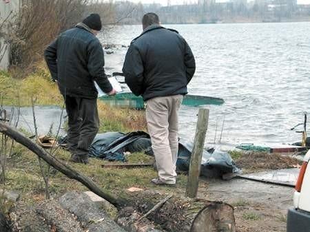 Choć wędkarze wypadli z łódki kilkadziesiąt metrów od brzegu, utonęli. Zimna woda nie daje nikomu wielkich szans.