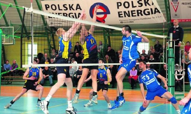 Do bloku skacze Damian Zborowski oraz Bartosz Dzierżanowski z MKS  MOS Interpromex (niebiesko żółte koszulki).