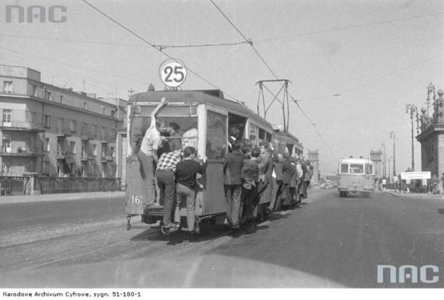 Standardową częstotliwością linii tramwajowych w Warszawie jest co 8 minut w szczycie, co 12 minut poza szczytem, co 15 w soboty i w święta, oraz co 20 minut wczesnym rankiem i późnym wieczorem.